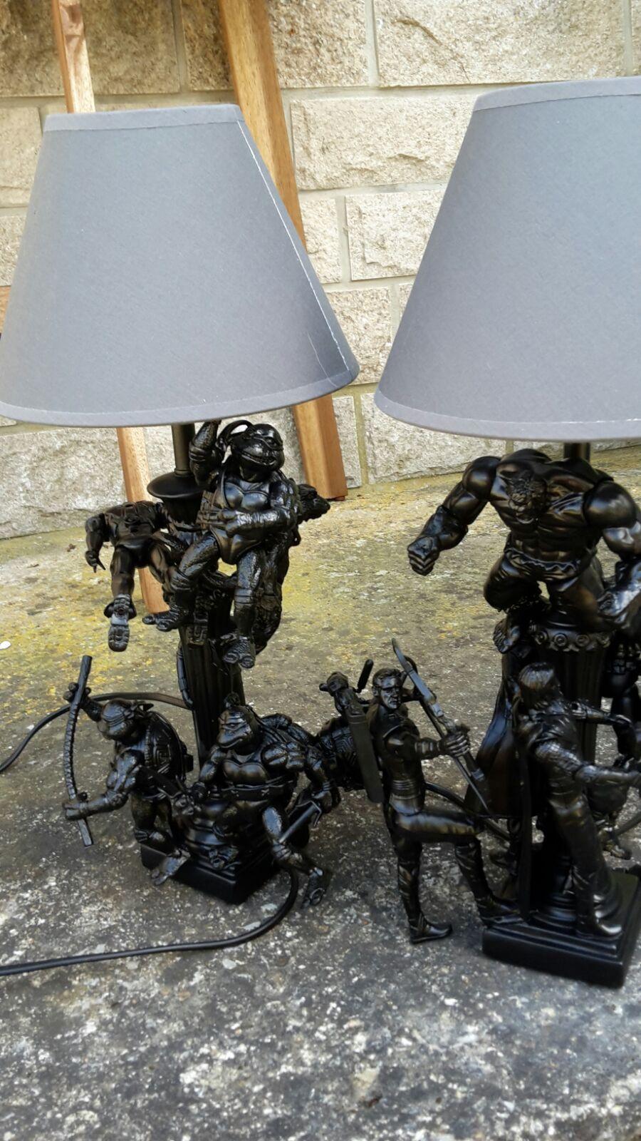 Selbst gebastelte Lampe mit Actionfiguren
